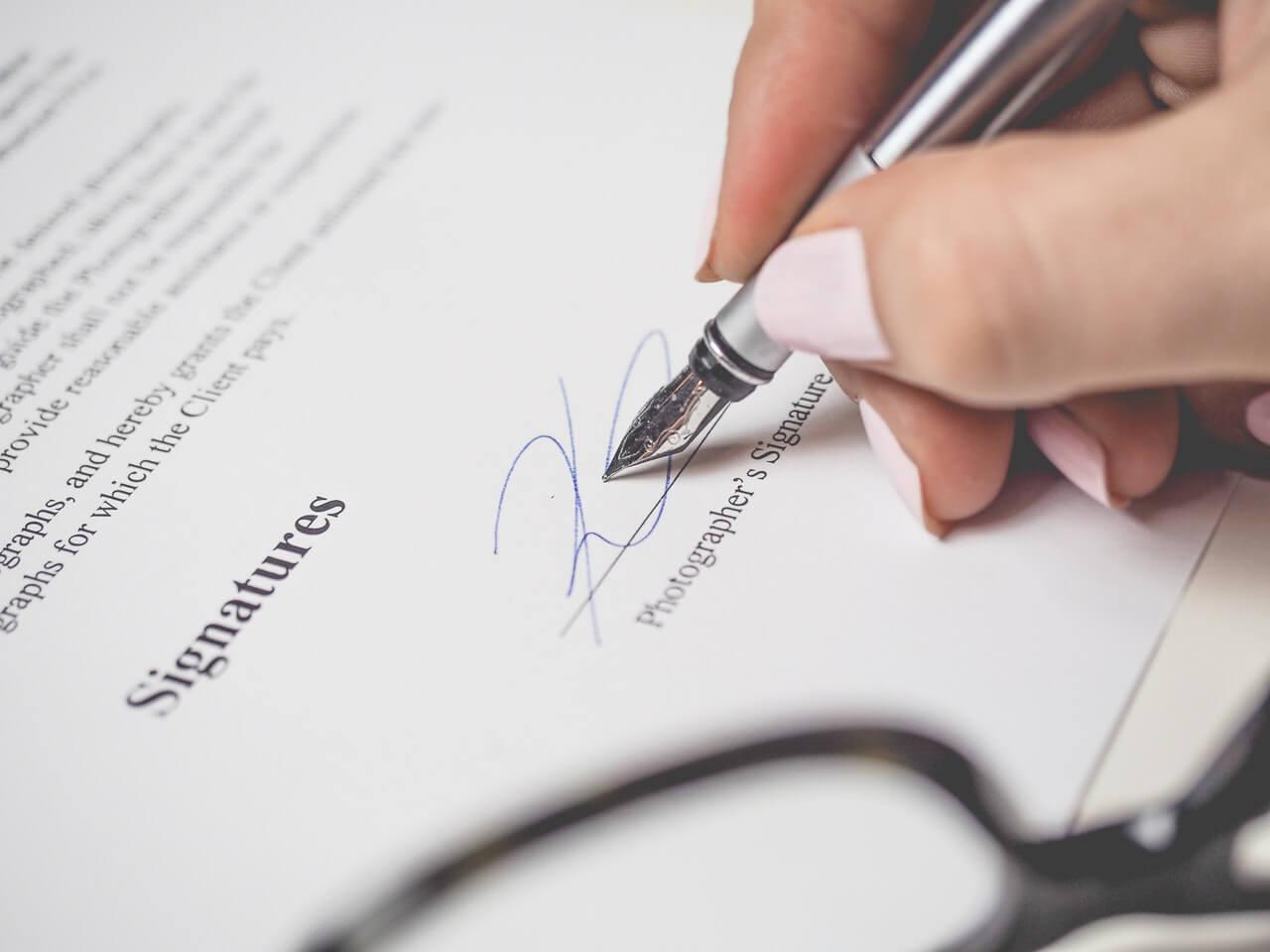 polityk podpisujący rozporządzenie