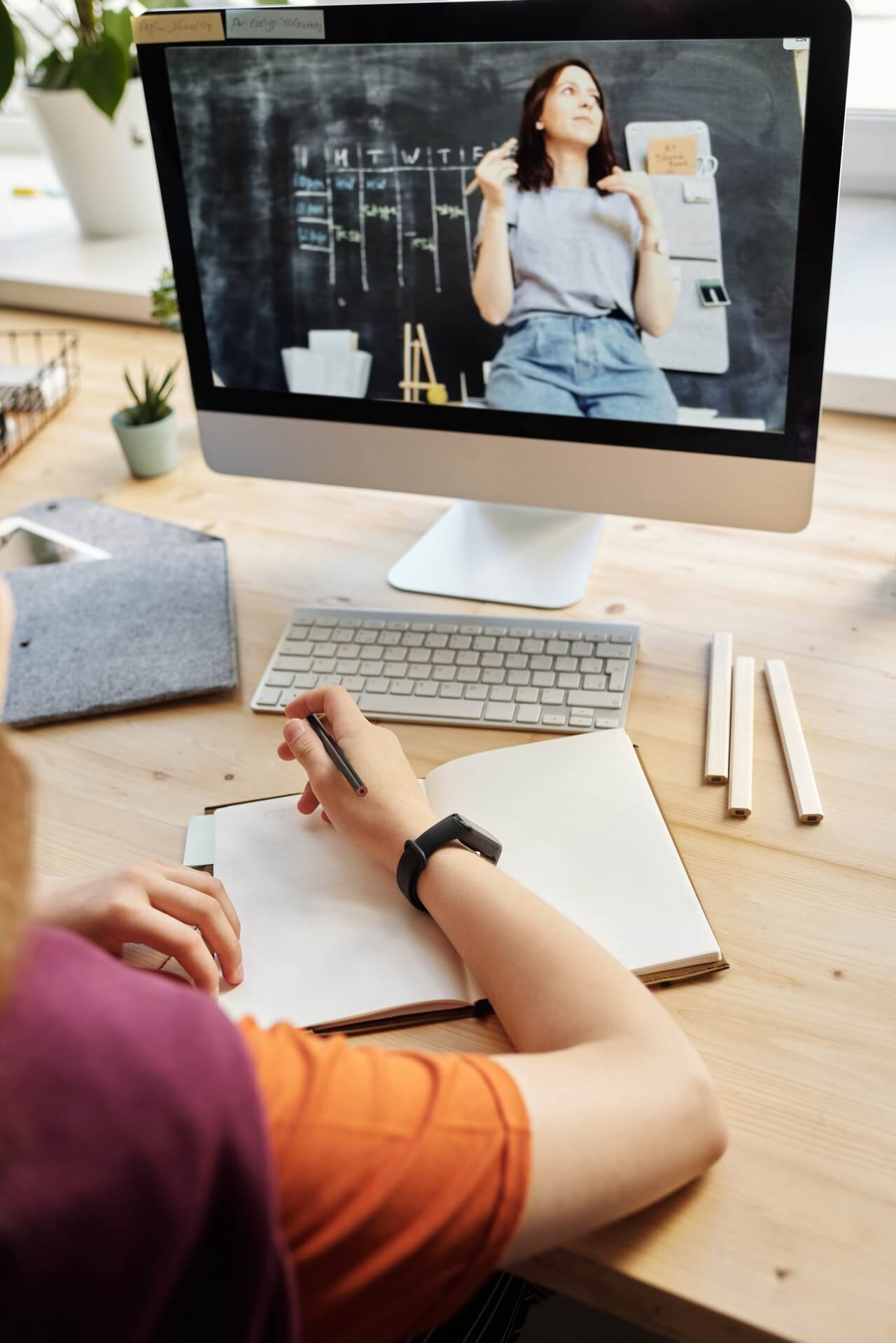 uczeń podczas nauki zdalnej odrabiający zadanie przy komputerze